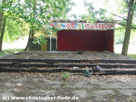 spreepark-lost-place-hops-und-hopsi-buehne