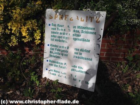 spreepark_lostplace_schild-spreeblitz-verhaltensregeln-achterbahn